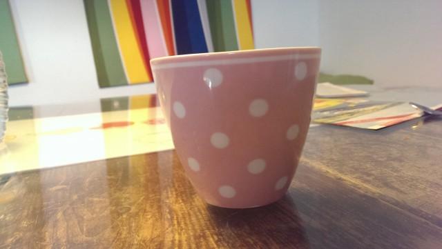 Meine Lieblingstasse ist rosa mit weißen Punkten.