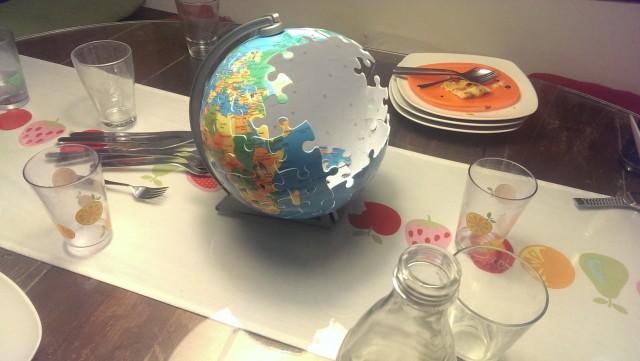 """Symbolbild """"Welt verändern"""": Wer braucht schon GettyImages mit komischen Bedingungen, wenn ich derart sprechendes Material auf meinem eigenen Küchentisch erstellen kann? Ha!"""
