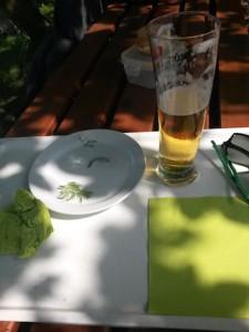 """Symbolbild """"Alles is gut"""": Matjesbrötchen ist bereits verspeist, im Bier ist noch was drin."""