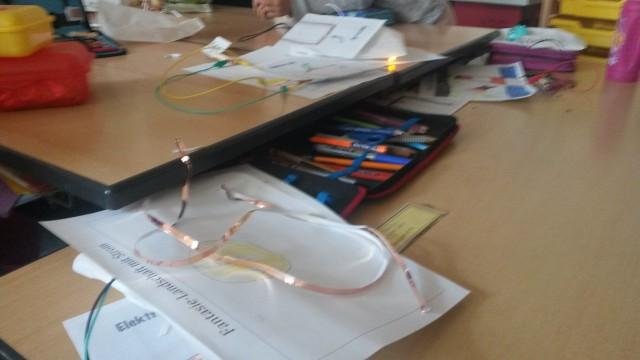 So sieht so ein Arbeitsplatz in dem Tinkering-Workshop aus.